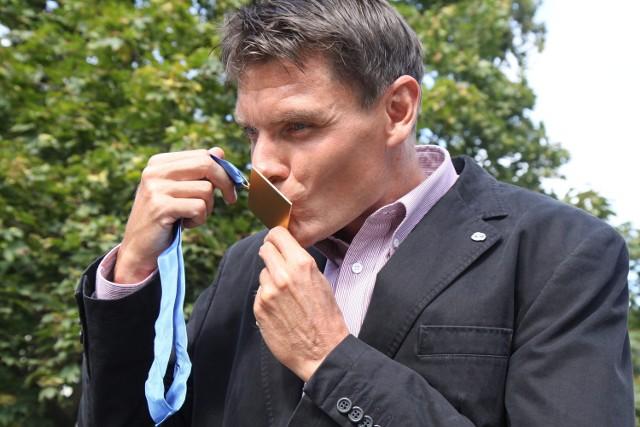Adam Korol całuje niedawno zdobyty złoty medal mistrzostw Europy