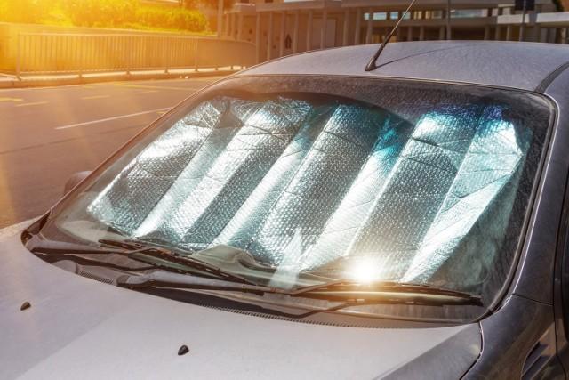 Samochód w czasie upału może być oazą, pod warunkiem, że odpowiednio długo mamy włączoną klimatyzację. Po postoju wnętrze auta ma raczej więcej wspólnego z piekłem. Czego lepiej nie zostawiać w samochodzie latem, gdy żar leje się z nieba?