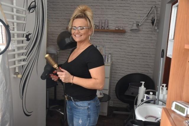 """Mieszkanka podgnieźnieńskiej wsi otworzyła w epidemii mobilny salon fryzjerski. """"To był strzał w dziesiątkę""""!"""