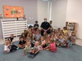 Dzielnicowy z Komisariatu Policji w Kosakowie z wizytą u przedszkolaków w Pogórzu | ZDJĘCIA, NADMORSKA KRONIKA POLICYJNA