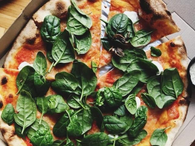 """ul. Fredry 3 tel. 61 852 44 23  Zdaniem internautów: """"Pizza naszym zdaniem jest najlepsza w mieście. Cienkie ciasto, świeże i oryginalne włoskie dodatki. Obsługa profesjonalna. Brakuje tylko mniejszych, 2-osobowych stolików, są głównie dłuższe stoły dla kilku osób - ale pomimo to można czuć się swobodnie.""""  Przejdź do kolejnej pizzerii ------>"""