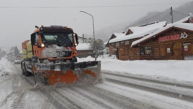 W Szczyrku zima jak się patrzy. Kierowcy muszą jednak uważać, bo warunki na drogach są bardzo trudne.
