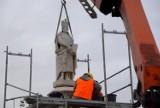Bochnia. Na Rynek po blisko roku wrócił pomnik Kazimierza Wielkiego, był w renowacji [ZDJĘCIA]