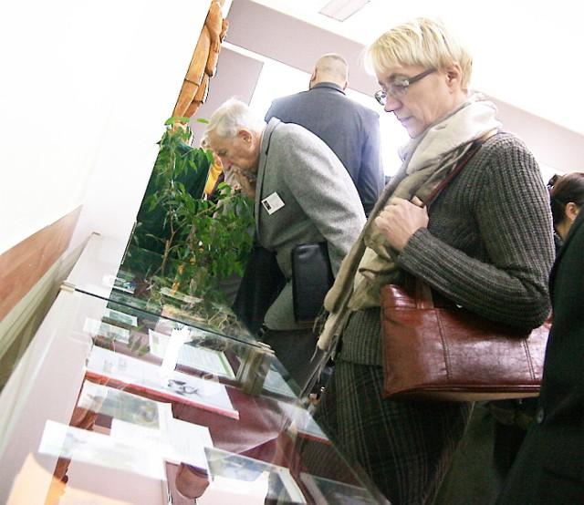 W gablotach oglądać można m.in. pamiątki związane z Januszem Korczakiem