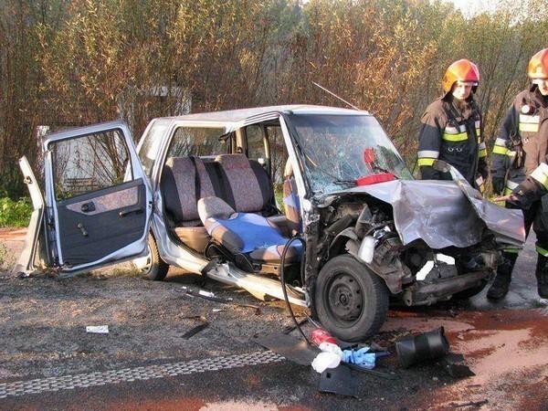 Ojciec i syn oraz młoda kobieta to ciężko ranne ofiary zderzenia fiata brava i daewoo tico na drodze krajowej nr 28 w Paszynie. Do wypadku doszło w piątek około godz. 7.30. W wyniku czołowego zderzenia fiata, którym kierowała 19-letnia kobieta, z daewoo zostało dosłownie zmiażdżone.