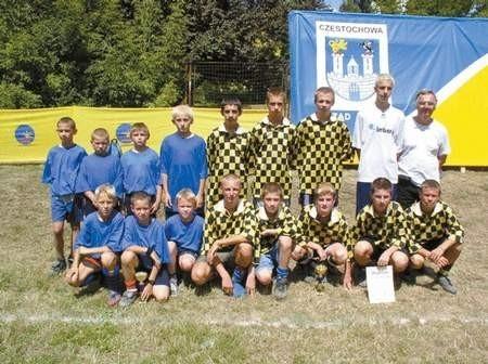 Zwycięskie zespoły Beniaminka. Z lewej drużyna szkoły podstawowej, z prawej gimnazjaliści. Foto: KRZYSZTOF SULIGA