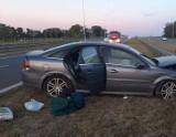 Cedry Małe. Wypadek na drodze S7. Po wystrzale opony kierowca uderzył w barierki  ZDJĘCIA