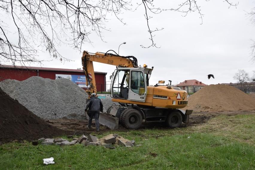 Aleje i pomnik. Ruszyły prace na dawnym cmentarzu przy Wita Stwosza w Pruszczu |ZDJĘCIA