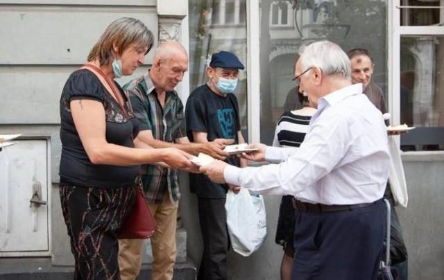 """Ireneusz Nitkiewicz, założyciel """"Jadłodzielni Bydgoszcz"""" mówi, że punkt nie mógłby istnieć, gdyby nie wolontariusze"""