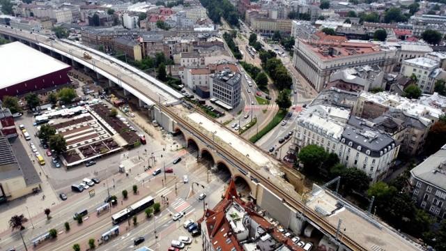 Estakady budowane są w miejscu nasypu kolejowego, pomiędzy ul. Kopernika a ul. Miodową