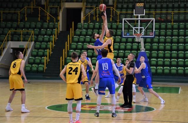 W meczu II ligi koszykówki drużyny KSK Noteć Inowrocław (niebieskie stroje) przegrała na własnym parkiecie mecz z Treflem II Sopot 86 do 89