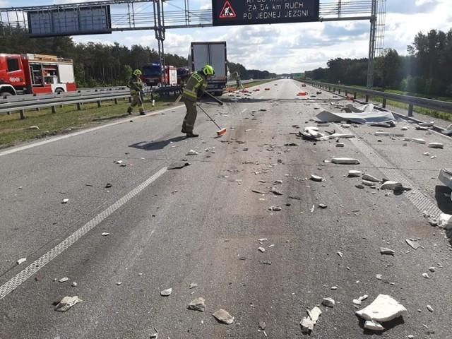 Mięso wieprzowo-drobiowe i elementy stalowe zablokowały w czwartek (27 maja) rano ruch samochodowy w kierunku Warszawy na drodze ekspresowej S8 pod Pabianicami. Skrzynki z mięsem wysypały się z ciężarówki, której kierowca w czwartek przed godz. 9 nieprawidłowo wykonał manewr wymijania innego tira.   ZOBACZ ZDJĘCIA