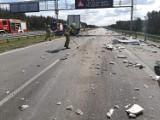 Utrudnienia na drodze S8 pod Pabianicami. Zderzenie dwóch ciężarówek. Wysypało się mięso i elementy stalowe