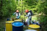 30 tysięcy złotych dla tego kto wskaże sprawcę wyrzucenia beczek do lasów