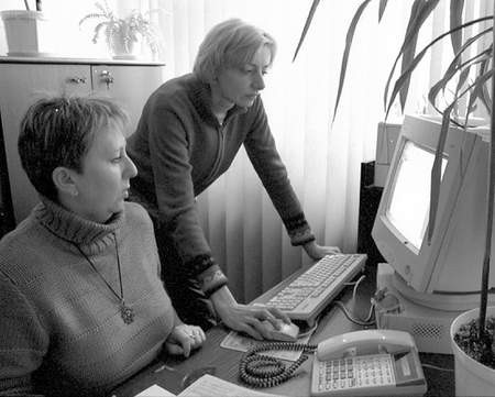 Teresa Pietrek i Agnieszka Głogowska pracujące w szkolnej administracji nie mogą liczyć na wyższe zarobki. Fot: SYLWESTER  WITKOWSKI