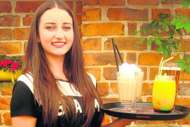 Kinga Micek poszła do pracy jako kelnerka, żeby zarobić na wakacyjny wyjazd. O ofercie zatrudnienia dowiedziała się od znajomych. Dużo osób korzysta jednak z młodzieżowych biur pracy