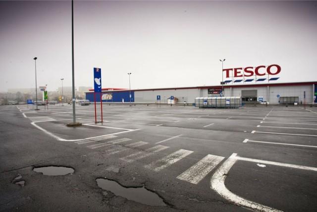 Tesco tłumaczy swoje decyzje o zamykaniu konkretnych sklepów dbałością o rentowność (na zdjęciu zamknięte Tesco w Wałbrzychu).  Skąd decyzja o zamknięciu? Martin Behan, dyrektor zarządzający Tesco Polska, komentuje: - By być firmą bardziej efektywną i perspektywiczną dla naszych klientów i pracowników, musimy niekiedy podejmować trudne decyzje o zamknięciu sklepów przynoszących straty.   W zeszłym roku - już gdy zaczęło się zamykanie sklepów - Tesco podało wyniki za rok finansowy 2017/18, informując m.in. o podwojeniu zyskowności w regionie Europy Środkowej. - Każda zmiana, którą wprowadzamy, w tym również zamykanie nierentownych sklepów, poprzedzona jest szczegółową analizą i całościowym spojrzeniem na dochodowość biznesu - dodaje Martin Behan.