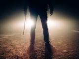 Grozili mu śmiercią, straszyli nożem, dotkliwie pobili. Wszystko przez kolczyk w uchu