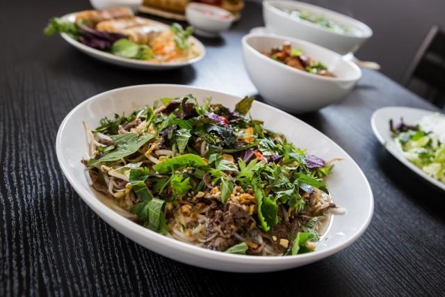 """Co najczęściej zamawiamy do domu na mały głód? Okazuje się, że wcale nie margaritę z ulubionej pizzerii, """"maki set"""" z restauracji sushi. Warszawa zakochała się w pad thai. Po latach dominacji sushi i pizzy, mieszkańcy stolicy zwrócili swoje oczy w kierunku kuchni tajskiej. Sztandarowa potrawa Tajlandii była najchętniej wybieranym daniem na dowóz w Warszawie w 2018 roku."""