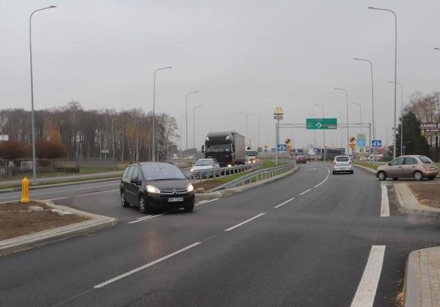 Kierowcy stoją w korku po zjeździe z ronda chcąc skręcić w stronę centrum miasta. Korki tworzą się też na rondzie.