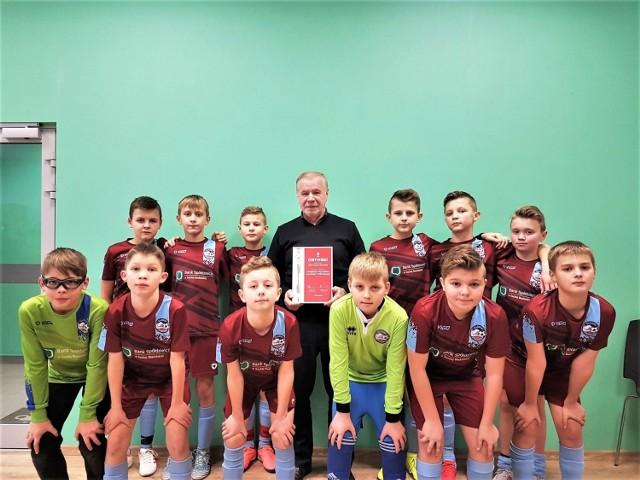 Młodzież Jałowca Stryszawa w otoczeniu prezesa klubu z dumą prezentuje certyfikat PZPN, nadający szkółce piłkarskiej srebrną gwiazdkę