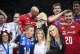 Piękne żony i dziewczyny siatkarzy na podium! Takiej dekoracji nigdy nie było! Zobacz, jak wyglądał koniec Mistrzostw Europy! Galeria zdjęć!