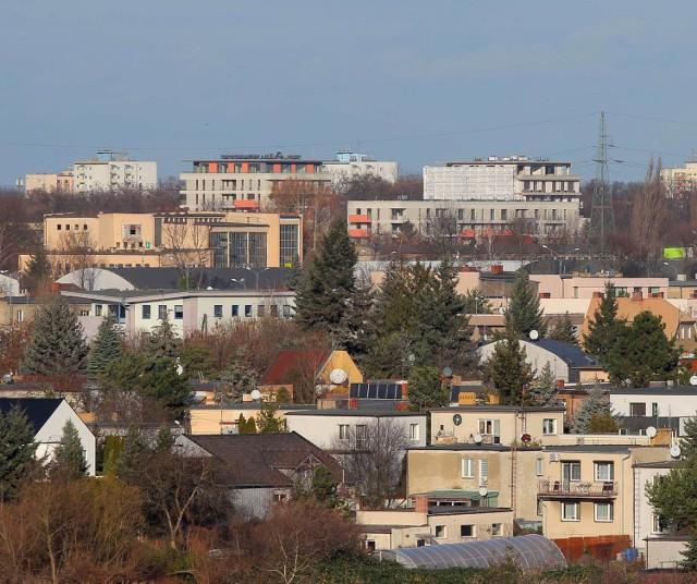 Jest drewniana i wysoka na 22 metry. Wieża widokowa na Szachtach powstała dzięki inicjatywie z Poznańskiego Budżetu Obywatelskiego. W sobotę została oficjalnie otwarta i odwiedzili ją pierwsi poznaniacy. Sprawdźcie co można zobaczyć.  Przejdź do kolejnego zdjęcia ----->