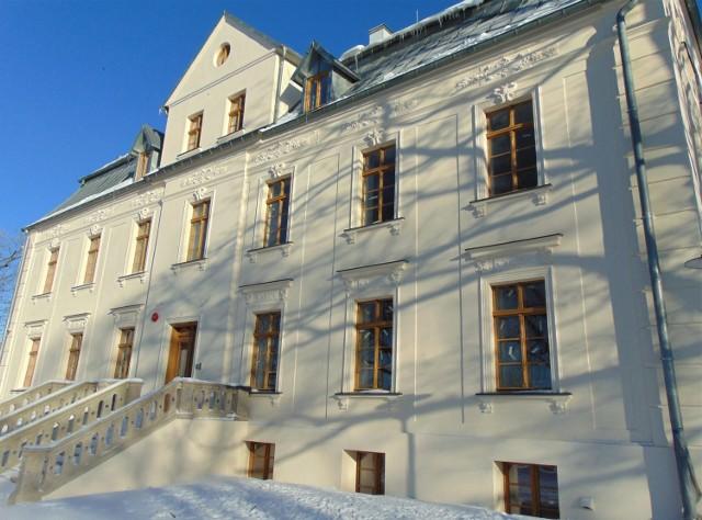 """Pałac w Suchej Górnej został odbudowany, a pierwsi """"lokatorzy"""" otrzymali salę"""