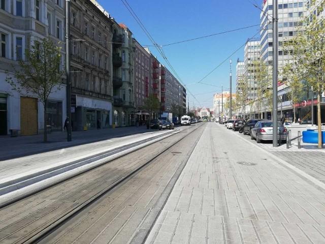 Nowa nawierzchnia ulicy Święty Marcin bardzo szybko się brudzi. Trzeba ją non stop szorować, a to kosztuje