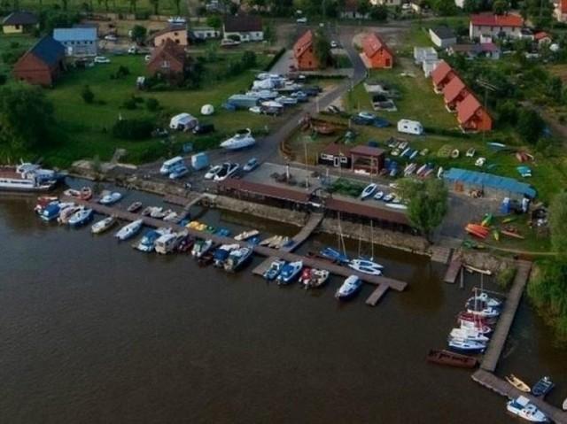 W oddalonym od Wrocławia o ponad 20 km Urazie nad Odrą można obejrzeć ruiny średniowiecznego zamku książąt wrocławskich, a także odwiedzić rozbudowane miasteczko portowe z tawerną i wypożyczalniami sprzętu do pływania i żeglowania.