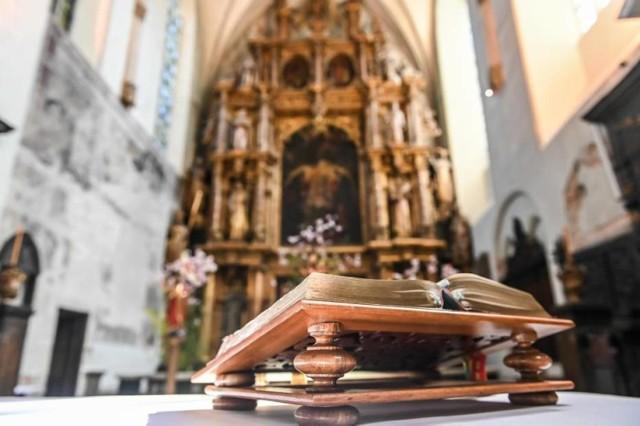 Gdy kapłan lub szafarz przystępuje do rozdania Komunii Świętej wiele osób przepycha się, żeby być pierwszym. Spokojnie. W wielu kościołach jest zasada, że ksiądz stoi i podchodzą wierni od końca kościoła. Przed przyjęciem Ciała Chrystusa warto przyklęknąć.