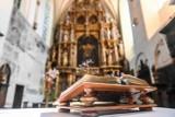 Top 15. Tego nie powinieneś robić w kościele. Czy na pewno wiesz, jak zachować się podczas mszy?