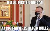Andrzej Duda pokazał, jak rozmawiać przez telefon w reżimie sanitarnym? Internauci kpią - zobacz te MEMY