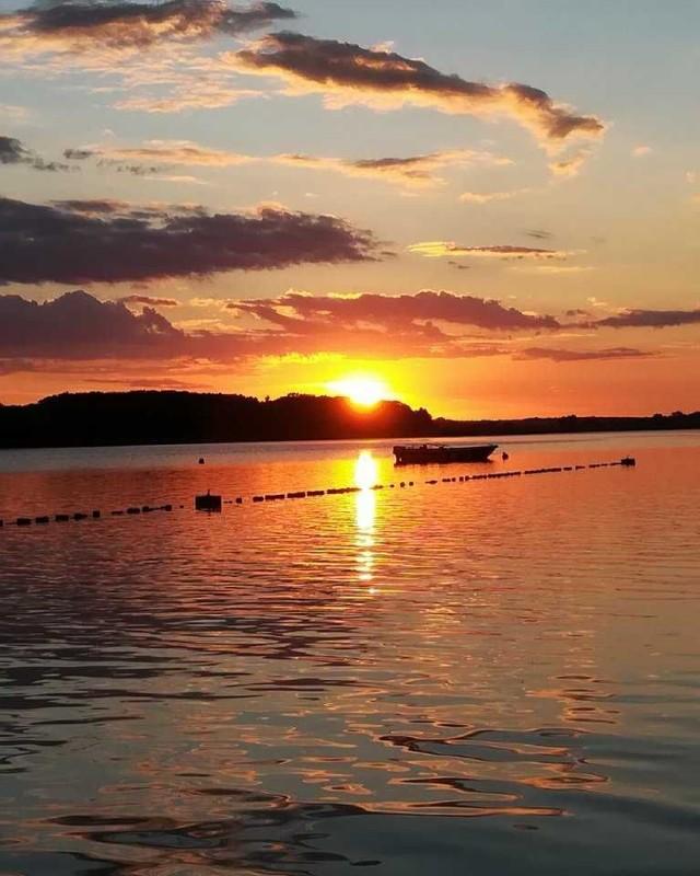 Zdjęcie zostało wykonane w małej wiosce Nowy Dębiec, która mieści się między Lesznem a Kościanem. Widzimy na nim jezioro Wonieść o zachodzie słońca. Niezapomniany widok!