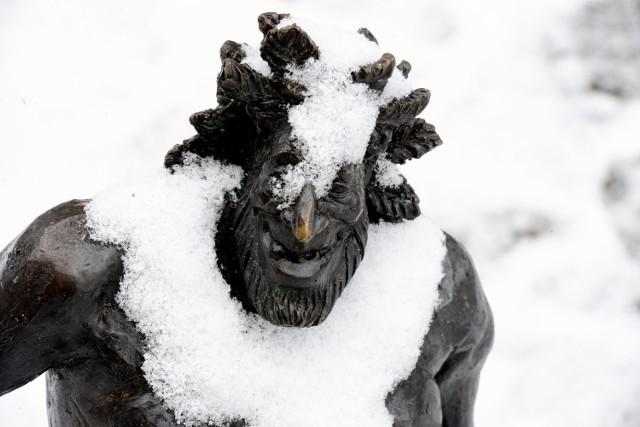 W ubiegłych latach nie mogliśmy narzekać na brak śniegu. Jak co roku ucieszą się z niego dzieci. Trochę miej kierowcy, którym biały puch może utrudnić drogę do pracy. Czy i w tym roku zima będzie równie intensywna? Pierwszy śnieg pojawił się już na ulicach Zielonej Góry, ale szybko zniknął. Mieszkańcy obawiają się, że śnieg będzie, ale tradycyjnie już nie podczas wigilii.  -Mam nadzieje, że w tym roku zima dopisze. Moja córka bardzo czeka na śnieg. Już pyta, kiedy będzie można ulepić bałwana i pojeździć na sankach - mówi Anna Gonera. - Mam też nadzieje, że śnieg pojawi się na wigilię, to dodaje jej trochę więcej uroku. Pierwszy śnieg pojawił się w mieście 10 grudnia. Nie utrzymał się zbyt długo - nie sprzyjała temu temperatura za oknami. Do astronomicznej zimy mamy jeszcze trochę czasu. ta zaczyna się dopiero 21 grudnia.   Według prognoz meteorologów na początku grudnia możemy spodziewać się niewielkich opadów, a prawdziwa zima przyjdzie dopiero w styczniu. Wtedy ma spaść dużo śniegu, a temperatura spadnie kilkanaście stopni poniżej zera. Przewidywania mówią, że zima będzie bardzo mroźna, ale sucha.