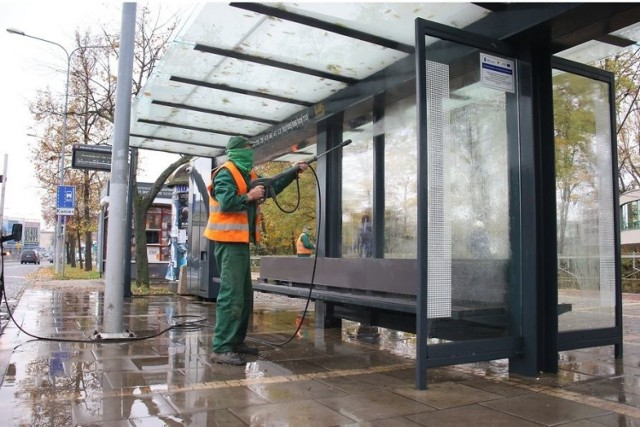 Jako pierwsze oczyszczone i zdezynfekowane zostały przystanki autobusowe na alei  IX Wieków Kielc