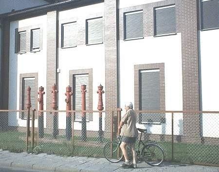 Gruntownie wyremontowaną siedzibę PWiK zdobią stare hydranty. Miejmy nadzieję, że przyniosą szczęście bolesławianom.FOT. LESZEK GRABOWY