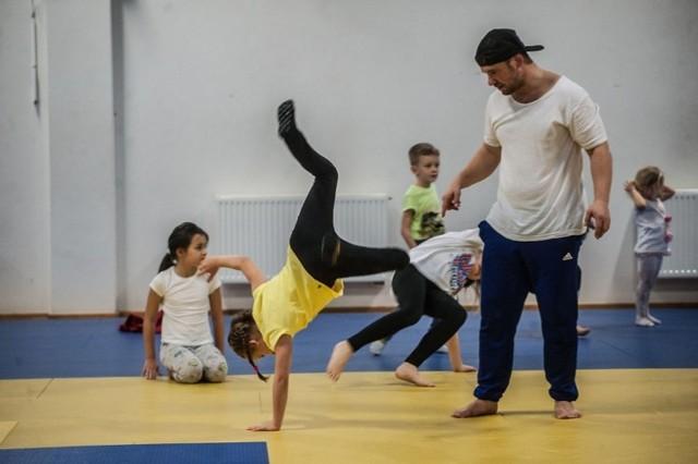 Trener Marcin Grzybowski zaprasza dzieci na zajęcia break dance