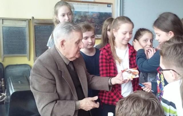 Wiesław Gajewski dzielił się swoją historią z uczniami ze szkół w Wąbrzeźnie