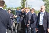 Prezydent Andrzej Duda na placu budowy nowego mostu na Dunajcu koło Tarnowa. Znalazł też chwilę na selfie z mieszkańcami [ZDJĘCIA]