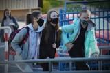 Powrót części uczniów do szkół w systemie hybrydowym. Tak było w Szkole Podstawowej nr 8 w Bełchatowie, 17.05.2021