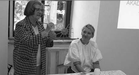 Maria Gatnar-Guzy z Wisły i Agnieszka Bielesz z Koniakowa podczas wtorkowej konferencji na temat projektu prezentowały malowanie na szkle i koronczarstwo.