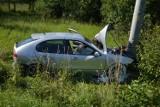 Wypadek w Gierczycach pod Bochnią. Samochód wjechał w słup, dwie osoby zostały ranne [ZDJĘCIA]