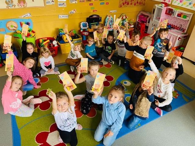 """Dzieci z grupy """"Misie"""" ze Szkoły Podstawowej numer 5 w Jędrzejowie świętowały Dzień Przedszkolaka. Było kino i sesja zdjęciowa."""