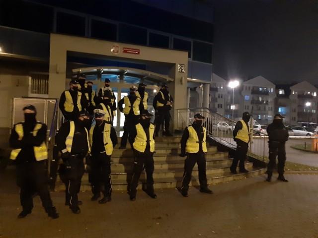 Policja i młodzież przed komendą w Szczecinku