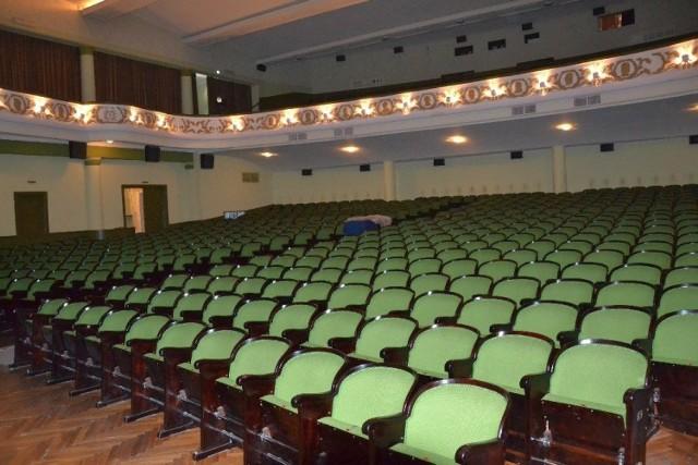 Sala widowiskowa Miejskiego Domu Kultury z fotelami przeznaczonymi do sprzedaży, bo w ich miejsce będą nowe