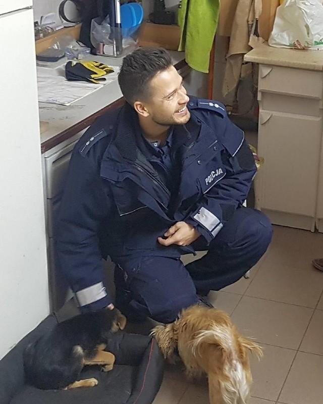 Podlascy policjanci uratowali porzuconego psa i znaleźli mu dom   Według komunikatu wydanego przez Komendę Powiatową Policji w Bielsku Podlaskim, dzielnicowi podczas służby, na drodze między Rudką a Brańskiem zauważyli porzuconego psa. Szczeniak znajdował się na nieoświetlonej drodze, był głodny i wyziębiony. Policjanci wzięli go pod swoją opiekę i zabrali na komendę. Dzięki nim szczeniak  szybko znalazł dom.   A internautki zachwycił policjant biorący udział w akcji.