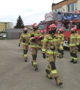 Malbork. Dzień Flagi RP w Komendzie Powiatowej PSP. Strażacy uroczyście wciągnęli na maszt Biało-Czerwoną