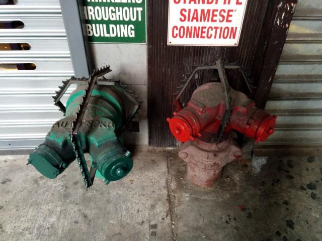 Widoczne na zdjęciu kolce mają zniechęcać ludzi do przysiadania na hydrantach. To typowy przykład tzw. wrogiej architektury z Nowego Jorku.  Przejdź do kolejnych zdjęć, używając strzałki w prawo lub przycisku NASTĘPNE.  Licencja