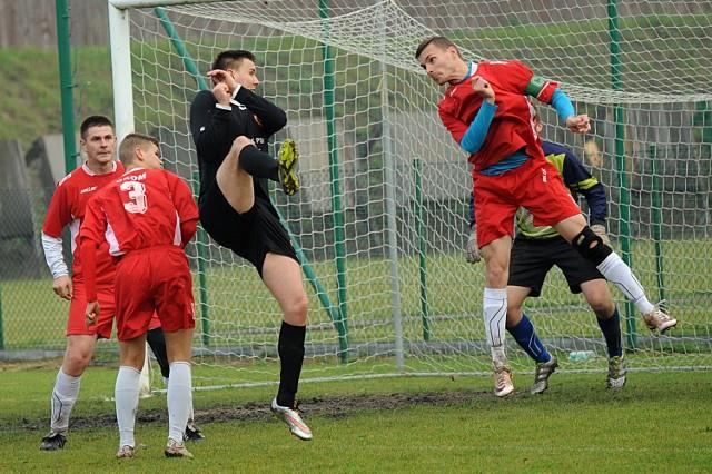 Piłkarze Gromu (na czerwono) meczem w Tucholi zainaugurują wiosenne rozgrywki.
